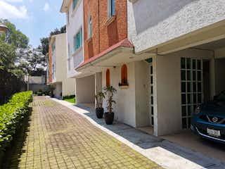 Una calle con un edificio y una boca de incendios en Casa en Venta en Miguel Hidalgo 2a Seccion Tlalpan