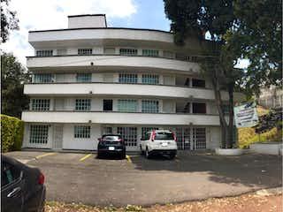 Un coche estacionado delante de un edificio en Departamento en venta en Paraje 38 de 2 recámaras