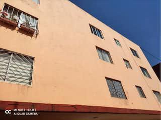 Un edificio con un reloj en el costado en Departamento en venta en Magisterial 85m²