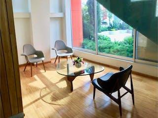 Una sala de estar llena de muebles y una gran ventana en Departamento en venta en El Yaqui, 125m² con Jardín...
