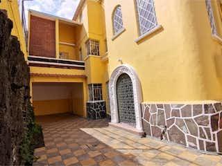 Un edificio de ladrillo con un reloj en el lado en Casa en Venta en 20 de Noviembre Venustiano Carranza