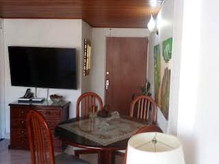 Una sala de estar llena de muebles y una televisión de pantalla plana en Apartamento En Venta En Bogotá Gratamira