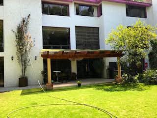 Una casa que tiene un banco en ella en Casa en venta en Fuentes Del Pedregal de 3 recámaras