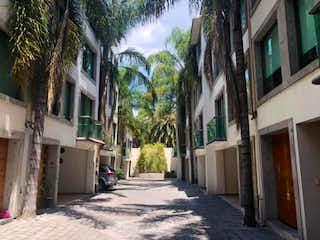 Una calle de la ciudad llena de edificios y árboles en Casa en venta en Del Valle de 3 hab.