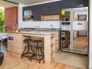 Una cocina con una mesa de madera y sillas en La Provincia