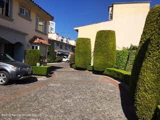 Una vista de una calle frente a un edificio en Casa en Venta en Cuajimalpa Cuajimalpa de Morelos