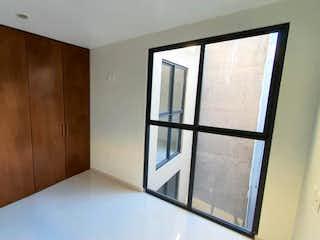 Un cuarto de baño con ducha y una ventana en Departamento en venta en Portales de 2 recámaras
