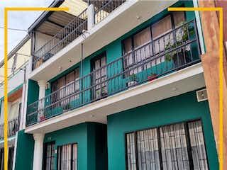 Un edificio verde y blanco con una puerta verde en Casa en venta en Casco Urbano Cajicá de 7 habitaciones