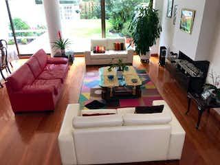 Una sala de estar llena de muebles y una televisión de pantalla plana en Casa en Bogota Santa Ana Oriental - con terraza