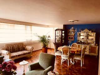 Una sala de estar llena de muebles y una gran ventana en Apartamento En Venta En Bogota Santa Ana Oriental