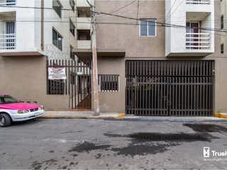 Un coche estacionado delante de un edificio en Departamento en Venta en Agrícola Pantitlán Iztacalco