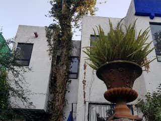 Una planta en maceta sentada delante de una casa en Casa en Venta en San Jeronimo Lidice La Magdalena Contreras