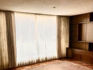 Un banco de madera sentado delante de la ventana en Casa en venta en Del Valle, 314m² con Gimnasio...