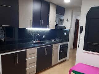 Una cocina que tiene un refrigerador rosa en Apartamento en venta en La Floresta, 84m²