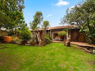 Un patio con una cerca de madera y árboles en Casa En Venta En Bogotá Guaymaral