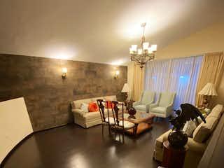 Una habitación llena de muebles y una lámpara de araña en Casa en venta de 1,006 mts de construcción en Bosques de las Lomas