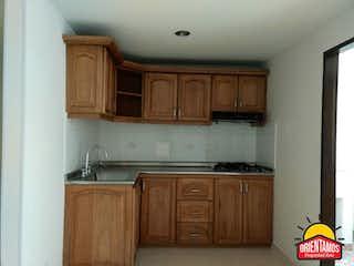 Una cocina con armarios de madera y un fregadero en AGUA MAR