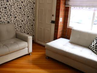 Un sofá blanco sentado en una habitación junto a una ventana en Casa en venta en Portales Del Norte de 3 hab.