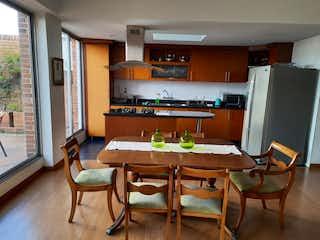 Una cocina con una mesa de comedor y sillas en VENTA APARTAMENTO PETHOUSE DUPLEX BOGOT