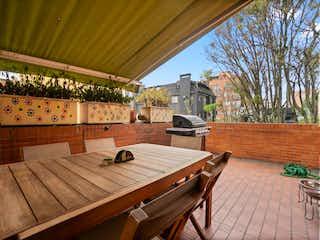 Un banco de madera sentado en la parte superior de una cubierta de madera en Apartamento En Venta En Bogota Los Rosales