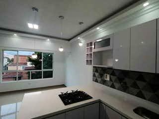 Una cocina con un fregadero y un horno de cocina en Apartamento en venta en Estadio, de 68mtrs2