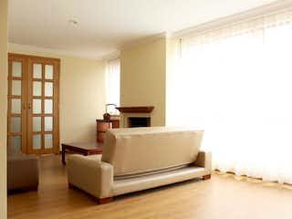 Una cama blanca sentada en una habitación junto a una ventana en Apartamento en Antiguo Country