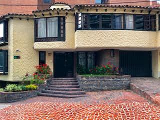 Un edificio de ladrillo con una boca de incendios delante de él en Venta/Permuta Casa en Rosales