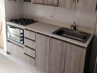 Una cocina con una estufa y un fregadero en Se vende hermoso apartamento en Sabaneta, Antioquia