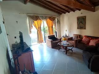 Una sala de estar llena de muebles y una ventana en VENTA DE CASA, APARTAMENTO LA FLORESTA