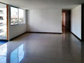 Un cuarto de baño blanco con un suelo de baldosas blancas en Apartamento en Venta en Bosques de Zúñiga, Envigado