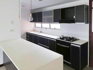 Una cocina con un fregadero y un horno de cocina en Apartamento en venta bosques de Zuñiga Envigado