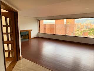 Una sala de estar llena de muebles y una ventana en Apartamento en Venta GRATAMIRA
