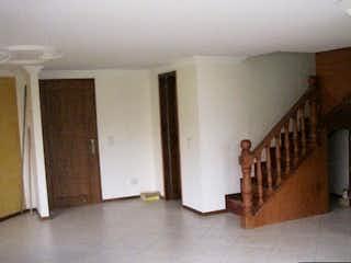Una habitación que tiene un suelo de madera en ella en Apartamento en venta en Aves María, 100mt con balcon