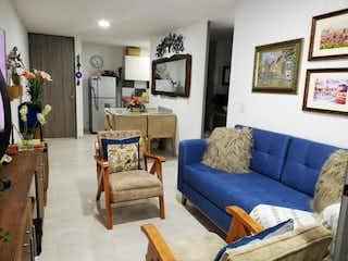Una sala de estar llena de muebles y una ventana en Apartamento en venta en Calle Larga de tres habitaciones