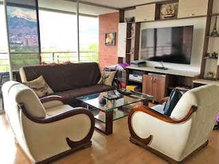 Una sala de estar llena de muebles y una televisión de pantalla plana en Apartamento en venta en Carlos E. Restrepo, de 110mtrs2
