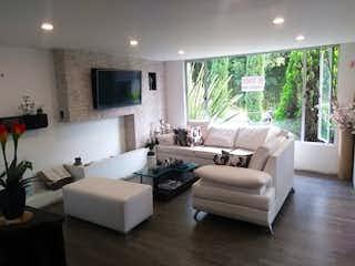 Una sala de estar llena de muebles y una televisión de pantalla plana en Casa en venta en La Doctora, de 232mtrs2