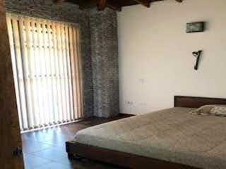 Una cama sentada en un dormitorio junto a una ventana en Casa en venta en La Doctora, de 222mtrs2