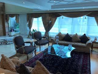 Una sala de estar llena de muebles y una gran ventana en Casa en venta en Bosques de las Lomas
