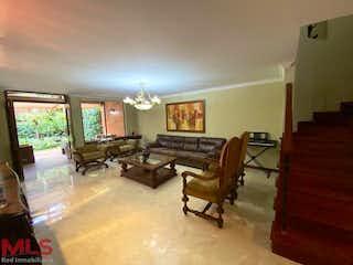 Una sala de estar llena de muebles y una ventana en Montes Claros