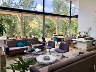 Una sala de estar llena de muebles y una ventana en Majestuosa Casa Campestre en el Alto de las Palmas