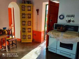 Una cocina con una estufa y un refrigerador en Casa en venta en Casco Urbano Guarne, de 11000mtrs2