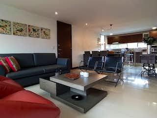 Una sala de estar llena de muebles y una televisión de pantalla plana en MODERN 2BEDROOM APT CLOSE TO LA FRONTERA WITH CITY VIEW