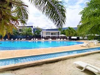 Una piscina que está en una playa en CASA MODERNA CON PISCINA PRIVADA EN SAN JERONIMO