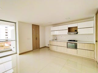 Una cocina con armarios blancos y electrodomésticos blancos en New Apartment In Laureles W/ Modern Design And City View