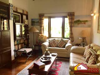 Una sala de estar llena de muebles y una ventana en ANDALUCÍA
