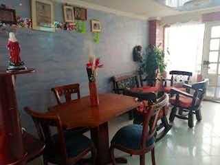 Un comedor con una mesa y sillas en Se vende hermosa casa en Zipaquirá precio negociable