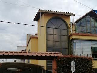 Un edificio con un reloj encima en Casa En Venta En Cota Centro