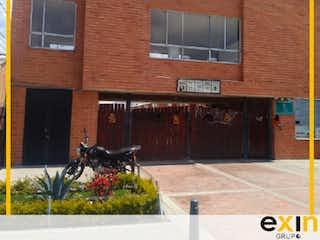 Un edificio de ladrillo con un reloj en el lado en Casa en venta en Casco Urbano Madrid de 134m² con Jardín...