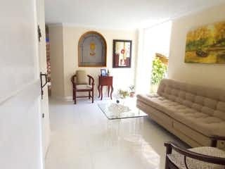 Una sala de estar llena de muebles y una ventana en Casa en venta de 170 m2 en Las Antillas Envigado