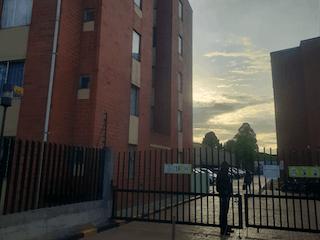 Un edificio alto sentado al lado de un edificio alto en Venta Apartamento En Engativa